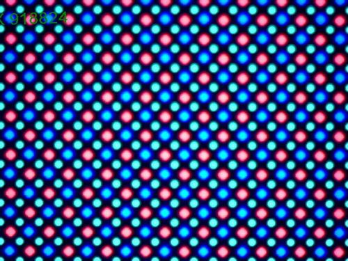 Pixelii sunt de tip Pentile Matrix