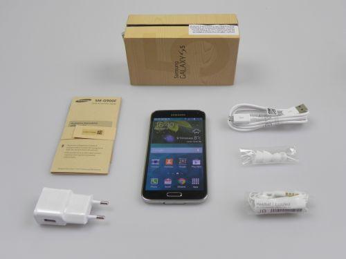 Samsung Galaxy S5 Unboxing: aceeași cutie imitație de lemn, accesorii similare cu S4, dar un terminal nou (Video)
