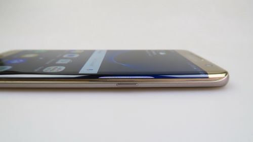Samsung Galaxy S7 Edge privit din lateral