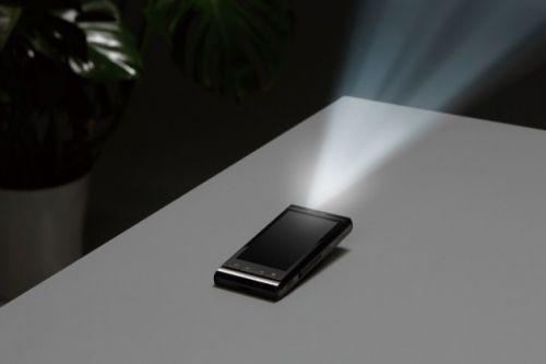 Telefonul-proiector revine, acum si printr-un model Sharp
