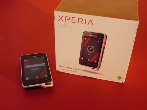 Din puț În lac - Sony Ericsson Xperia Active Unboxing (Video)