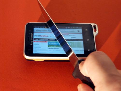 Sony Ericsson Xperia Active taiat cu cutitul