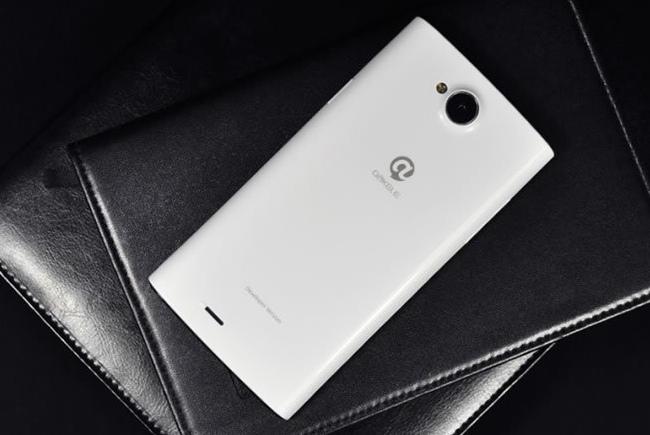 Brandul necunoscut Dakele lansează un telefon cu o cameră cu funcție macro imbunatatita