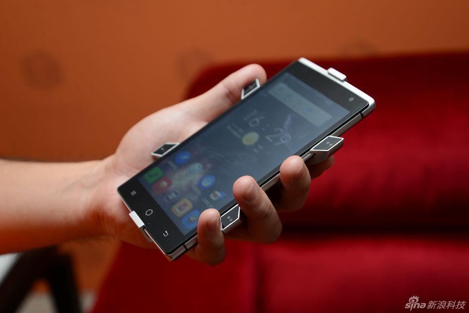 Takee 1 este un telefon cu ecran holografic, cu imagine 3D declanșată de un accesoriu special