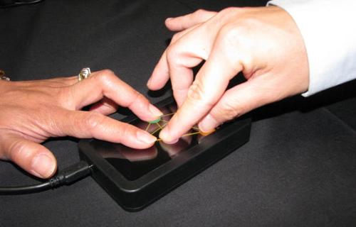 Tehnologia touchscreen va suporta in curand detectarea a 10 degete