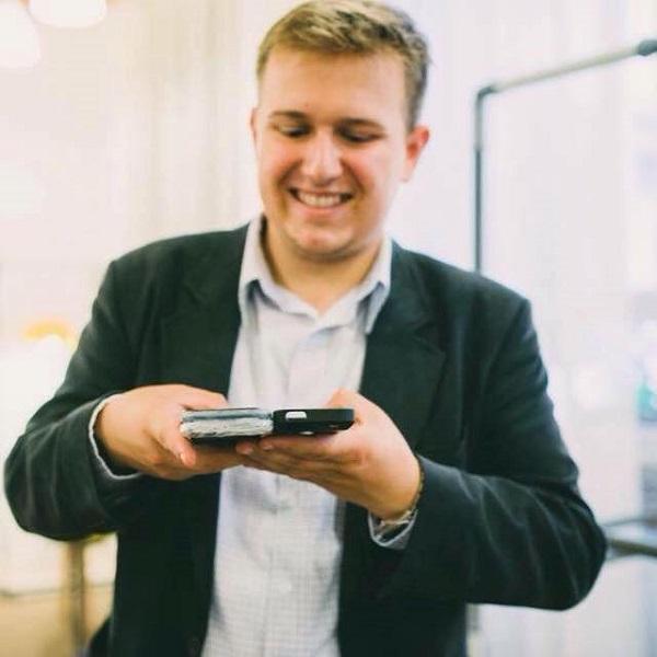 Un startup din Cluj realizează husa de telefon care regenerează energia consumată: ArKase e un proiect promiţător