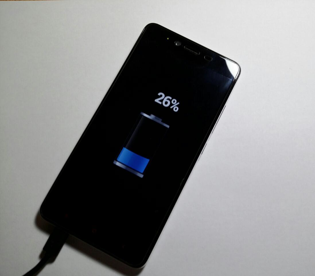 Telefon cu baterie la 26%