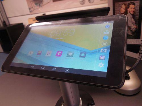 Utok lansează tableta i700 ce vine cu display de 7 inch, procesor Intel dual core și Android 4.4 KitKat; aceasta este disponibilă În magazine la prețul de 299 lei