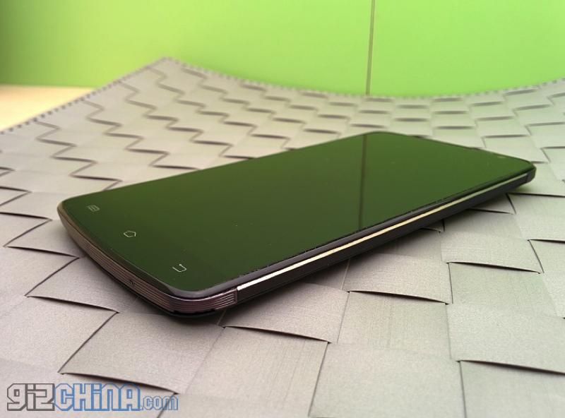 Iată imagini hands on cu o clonă interesantă de LG G3, Wico C1