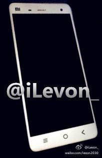 Xiaomi Mi4 este fotografiat din nou, partea din spate cu material ce imita metalul scoasă În evidență