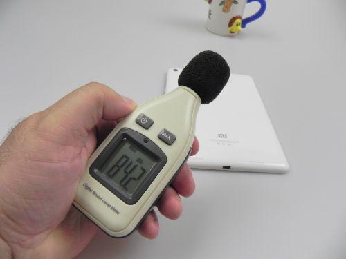 Am folosit și decibelmetrul și am atins 83.3 dbA În față și 84.2 dbA În spatele terminalului