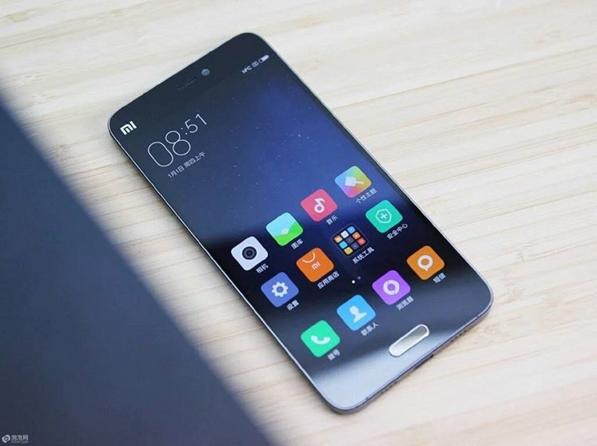 Xiaomi strânge cozi la fel de mari ca Apple, și asta datorită noului flagship Mi 5 pe care toți vor să pună mâna