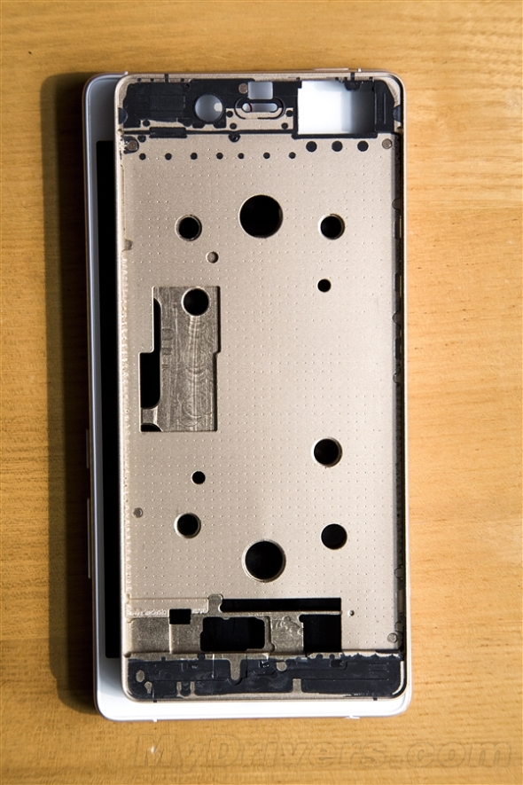ZTE Nubia Z9 are parte de o nouă scăpare, vine cu o ramă metalică şi ecran de 5.2 inch