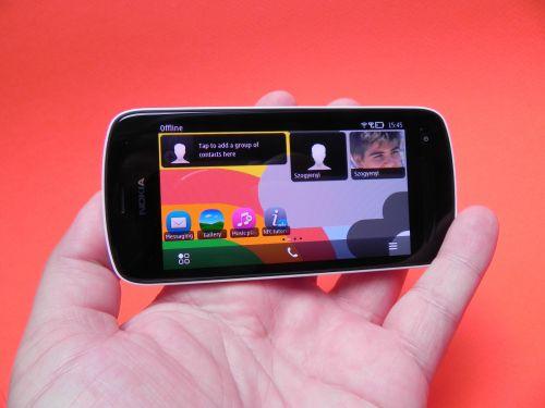 Ecranul AMOLED este protejat de Gorilla Glass și se bazează pe tehnologia ClearBlack AMOLED