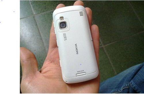 Nokia C6-01 isi face aparitia oficial, incorporeaza o camera de 8 MP