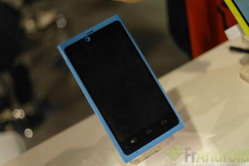 Nokia Lumia 900 cu Android?! Nu, doar o clonă de la CES 2012, produsă de Rockchip și expusă lângă Nokia...
