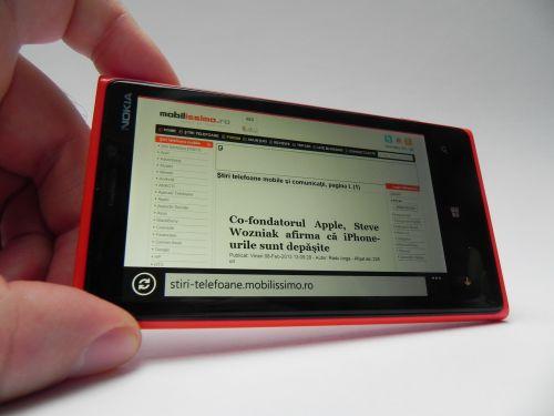 Web browserul IE 10 Mobile de pe acest device e rapid, textul se vede excelent pe ecran, iar În testele de browser am obținut 1692 puncte În Browsermark 2.0, cam la nivelul terminalelor moderne cu Android