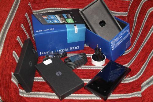 Continutul cutiei lui Nokia Lumia 800
