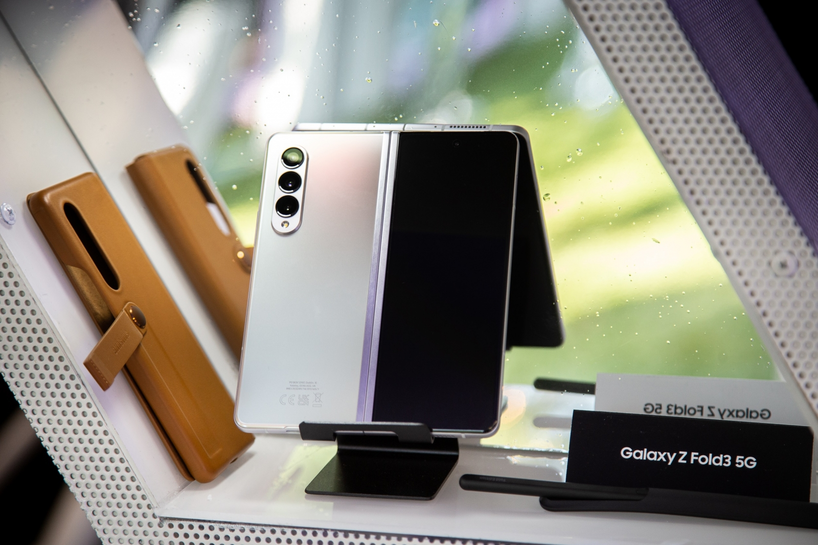 Samsung lansează noile telefoane pliabile Galaxy Z Fold 3 și Galaxy Z Flip  3 în România, în cadrul unui eveniment spectacol cu muzică, lumini și  socializare la Fratelli