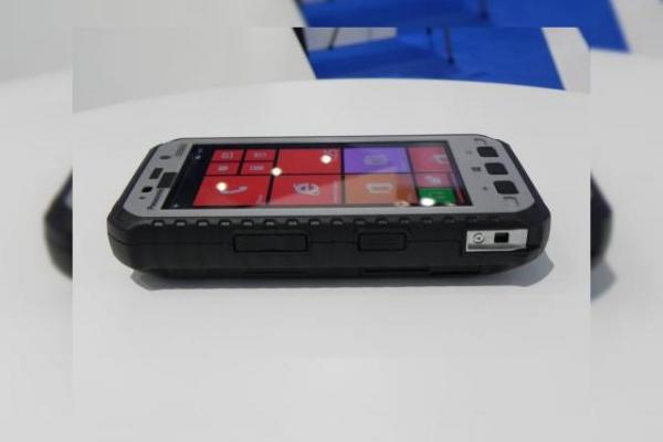 MWC 2014: Panasonic ToughPad 5 hands on preview - telefonul ultrarezistent prin definiție (Video)