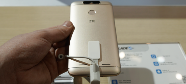 MWC 2017: ZTE Blade V8 Lite hands on - dotări midrange, preţ entry level (Video)