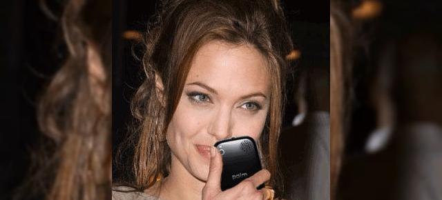 Lara Croft are Palm Pre; Angelina Jolie face un mini-review smartphone-ului