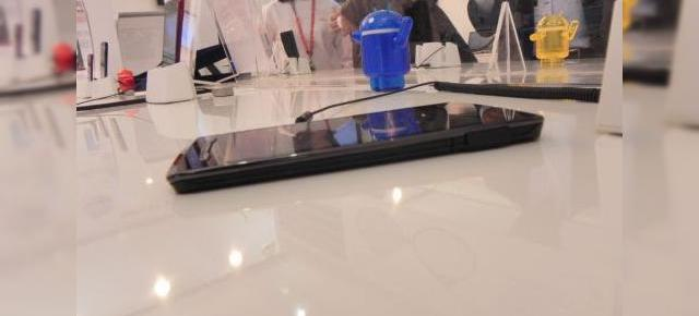 MWC 2012: Fujitsu Arrows Micro F-07D Hands On - filmează sub apă! (Video)