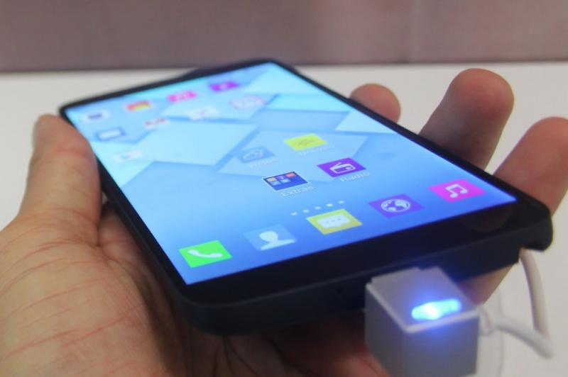 IFA 2013: Alcatel One Touch Hero hands on - phablet de 6 inch cu interfață ce amintește de iOS 7 (Video): alcatel_one_touch_hero_ifa_2013_10jpg.jpg